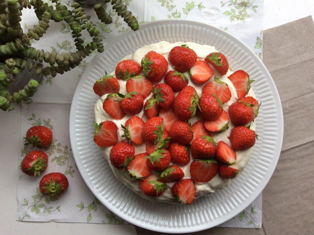 glutenfri blondie kage med flødeboller, syrlig creme og bær
