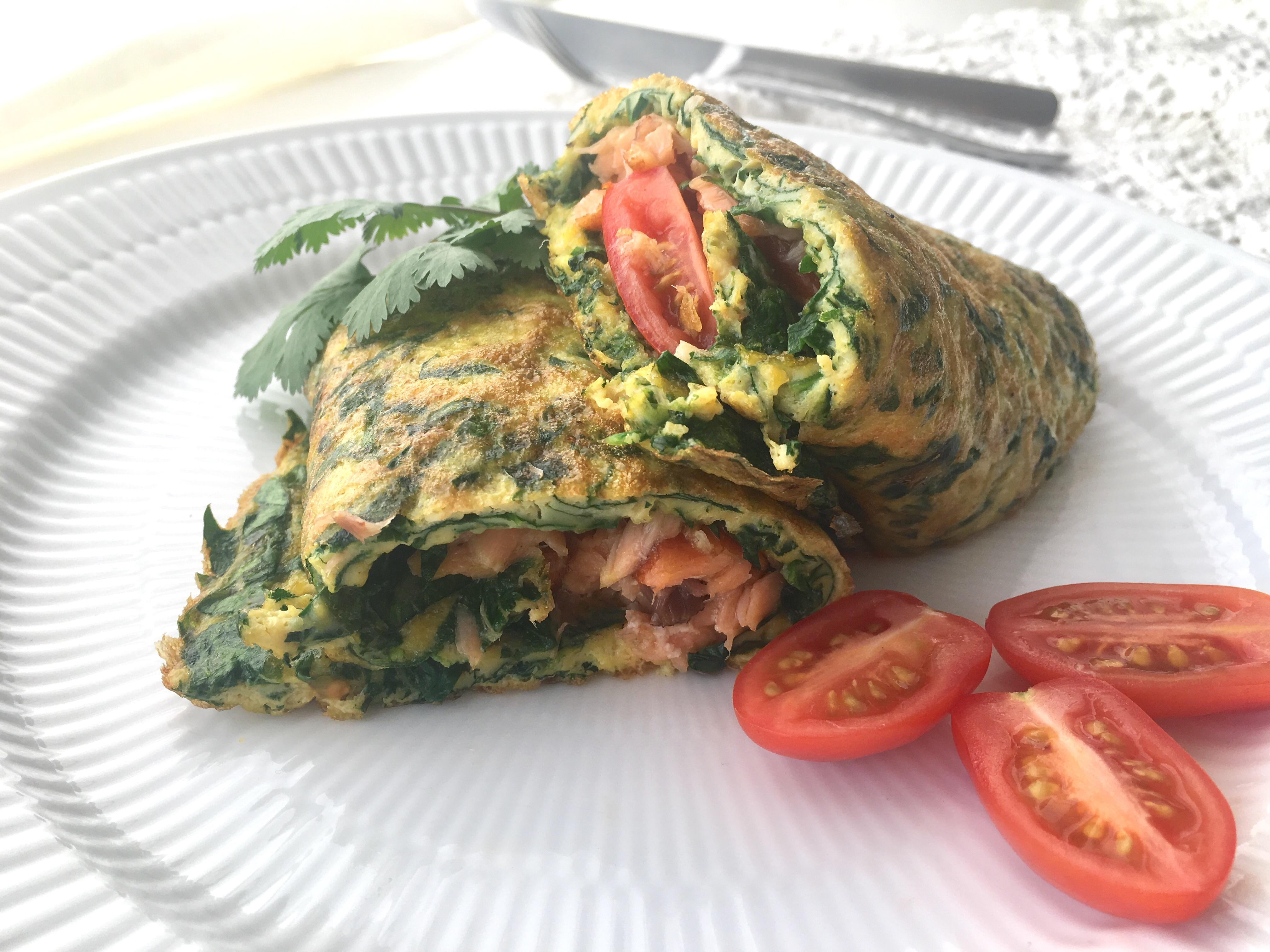 Omelet med spinat og varmrøget laks